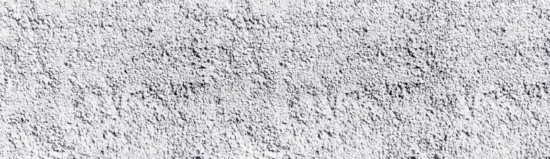 Il bianco ha dipinto l'ampia struttura approssimativa della parete di pietra Fondo panoramico lungo imbiancato del un poco di cio fotografie stock