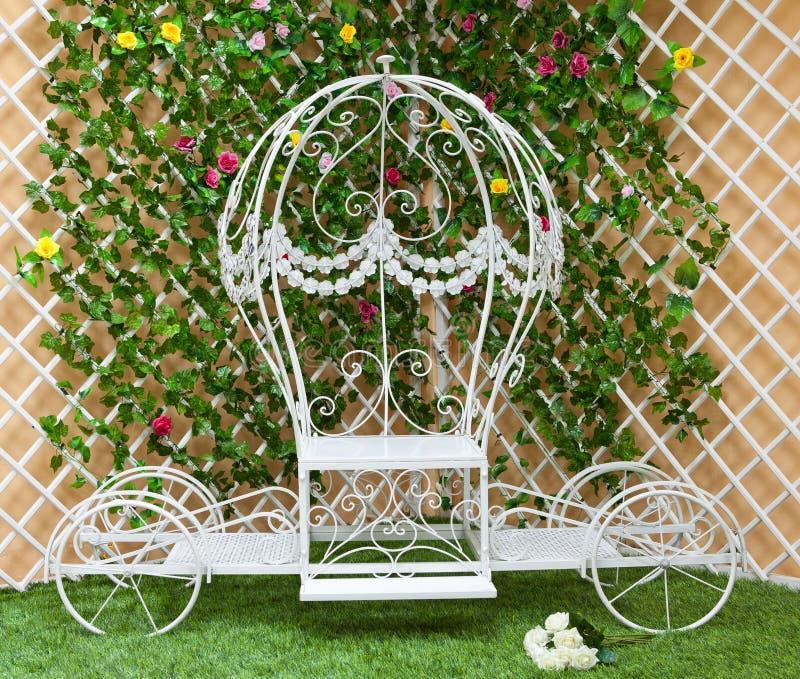 Il bianco ha forgiato una vettura nel giardino di fioritura fotografia stock