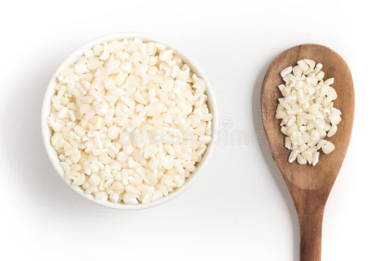 Il bianco ha grattato i noccioli di cereale in una ciotola fotografie stock libere da diritti