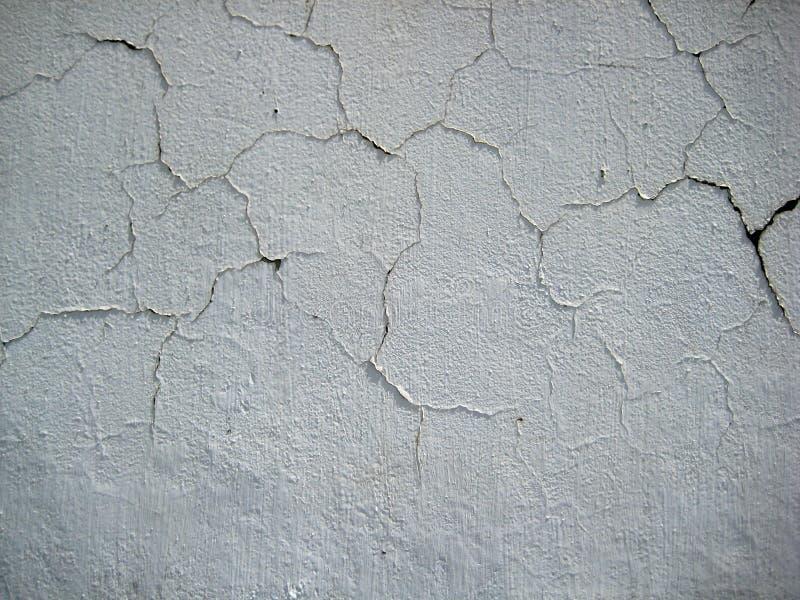 Il bianco incrinato ha colorato la parete esposta a struttura delle forme dell'aria aperta fotografia stock
