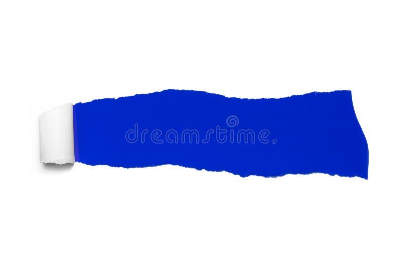 Il bianco strappato nasconde il fondo blu scuro di colore immagine stock