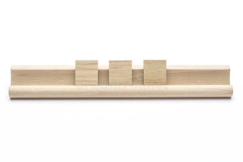Il in bianco tre fruga le mattonelle su uno scaffale di legno immagini stock libere da diritti