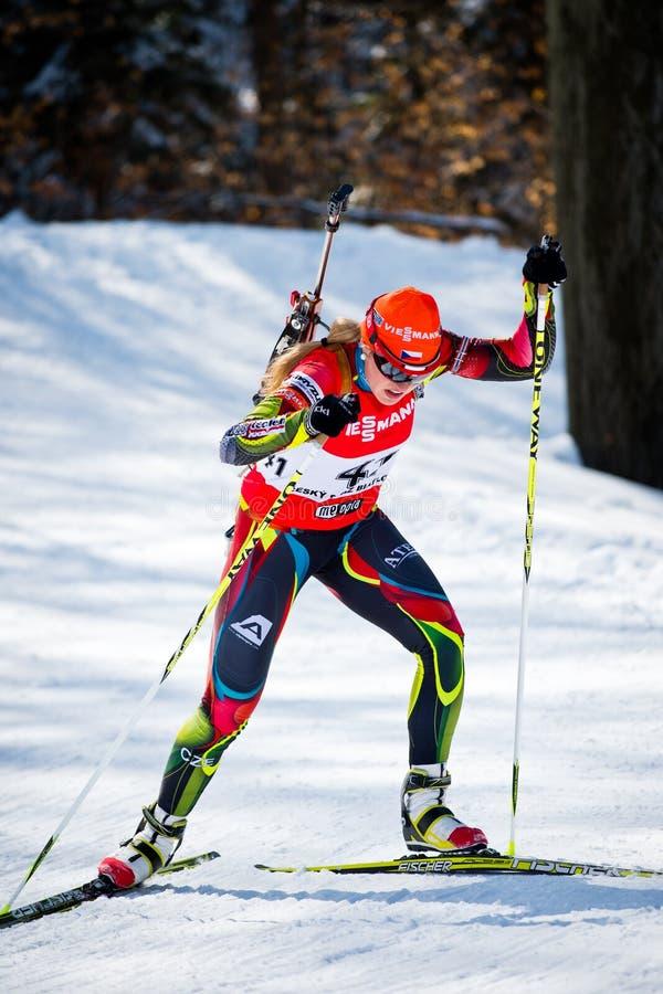 Il biathlete ceco Gabriela Soukalova scala la collina durante il biathlon ceco Championsh fotografia stock libera da diritti