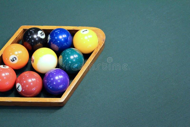 Il biliardo riunisce uno scaffale di nove palle con lo spazio della copia sulla Tabella immagine stock libera da diritti