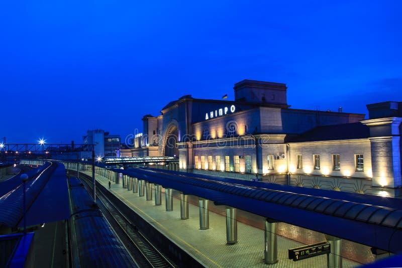 Il binario bello e la costruzione della stazione ferroviaria con il ` di Dnipro del ` dell'iscrizione alla notte fotografia stock libera da diritti