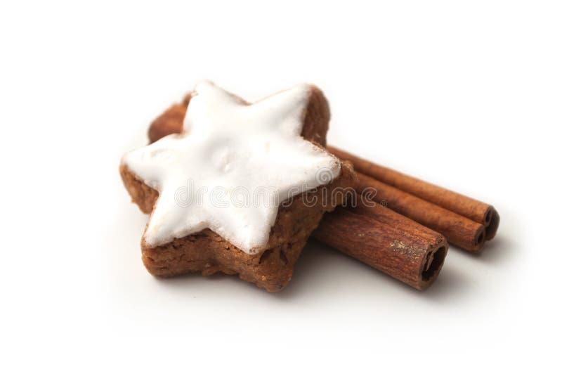 Il biscotto di Natale ha modellato la stella con il bastone di cannella sopra immagine stock libera da diritti