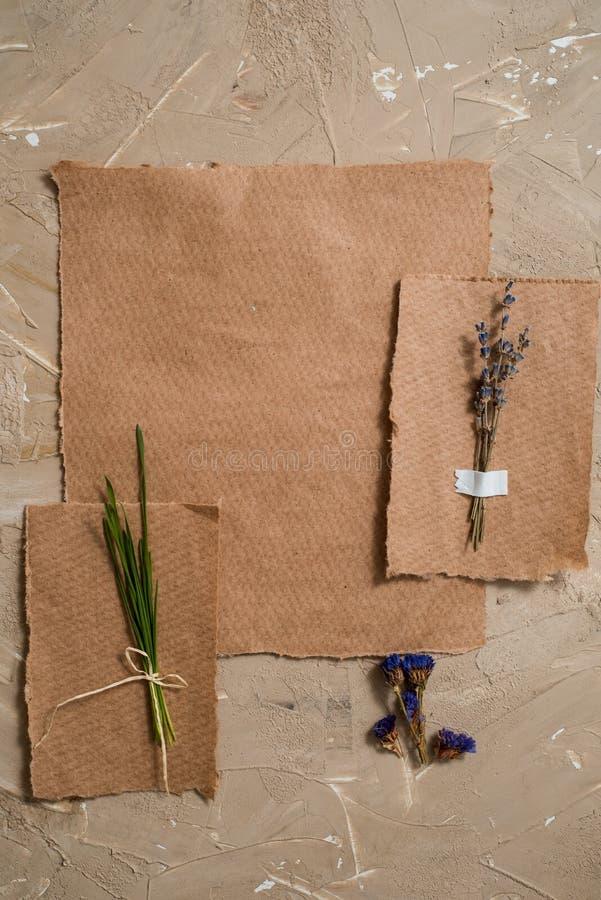 Il blocco note è un taccuino per le entrate Cartolina della carta kraft Erbario di erba asciutta dei fiori della lavanda Su un fo fotografie stock libere da diritti