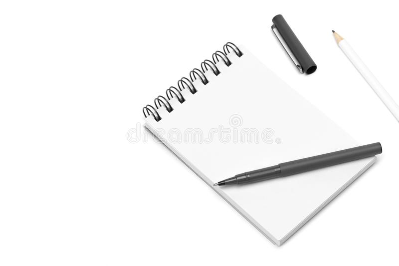 Il blocco note bianco del taccuino di spirale in bianco del modello, penna e matita, ha isolato il fondo bianco fotografie stock