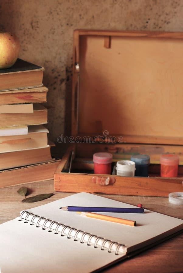 Il blocco note con il posto per la scrittura si trova sulla tavola immagini stock