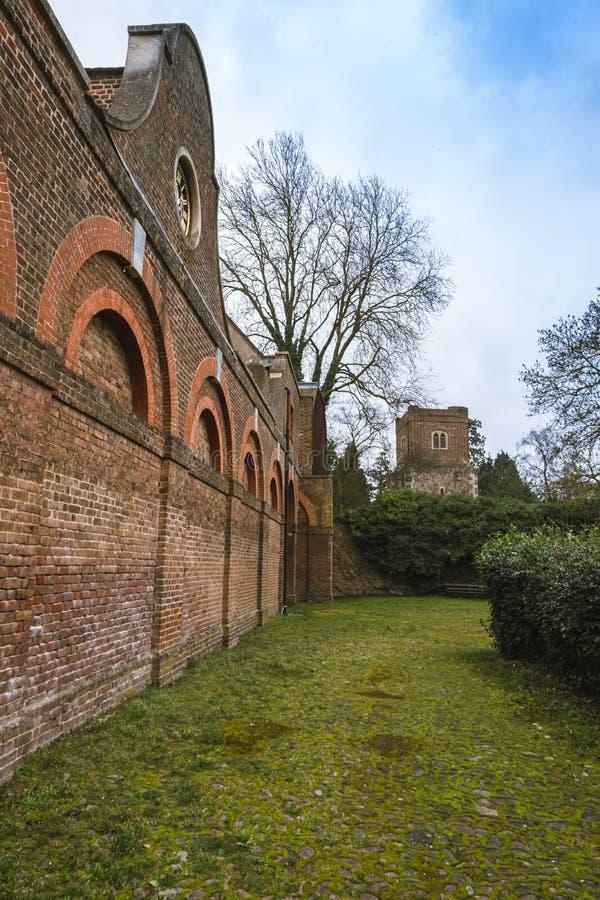 Il blocco stabile e la torre della chiesa del ` s di Dunstan del san in Cranford parcheggiano fotografia stock