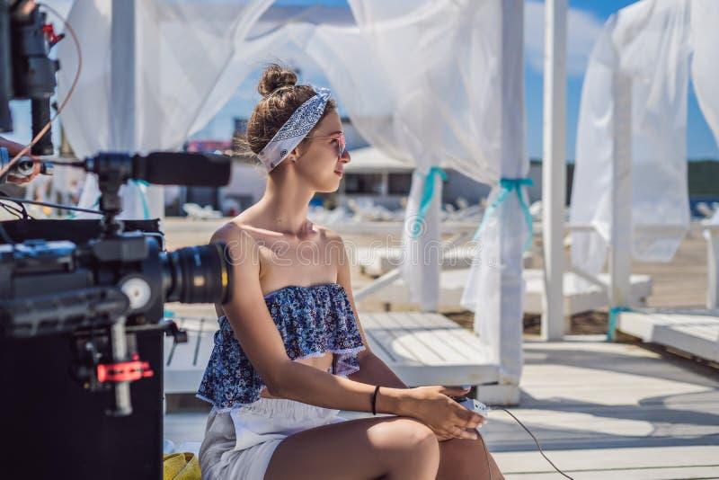 Il blogger femminile sta andando registrare il video immagine stock libera da diritti