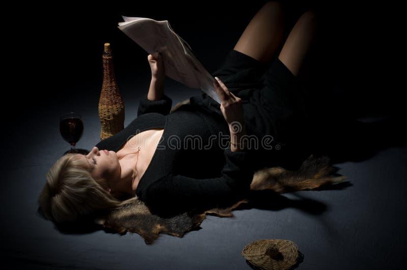 Il blonde con lo scomparto delle signore. fotografie stock libere da diritti