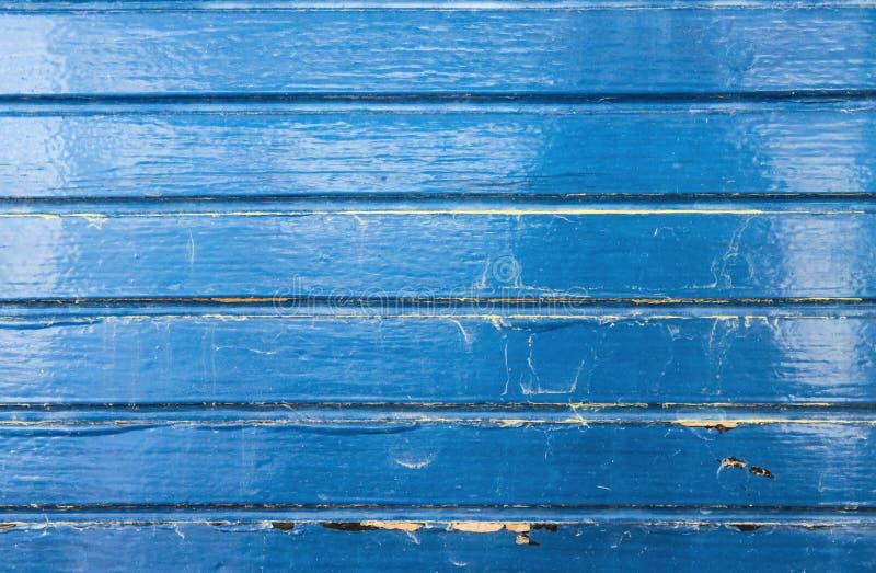 Il blu di lerciume ha dipinto il legno dal fondo di legno della barca con le crepe e le raschiature e le macchie dell'acqua fotografia stock