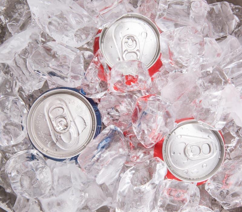 Il blu ed il rosso possono bevande della cola fotografia stock