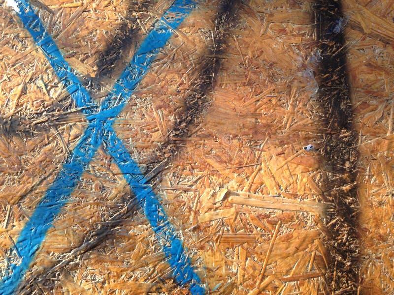 Il blu ha dipinto la lettera X, linee nere sul banco di legno immagine stock