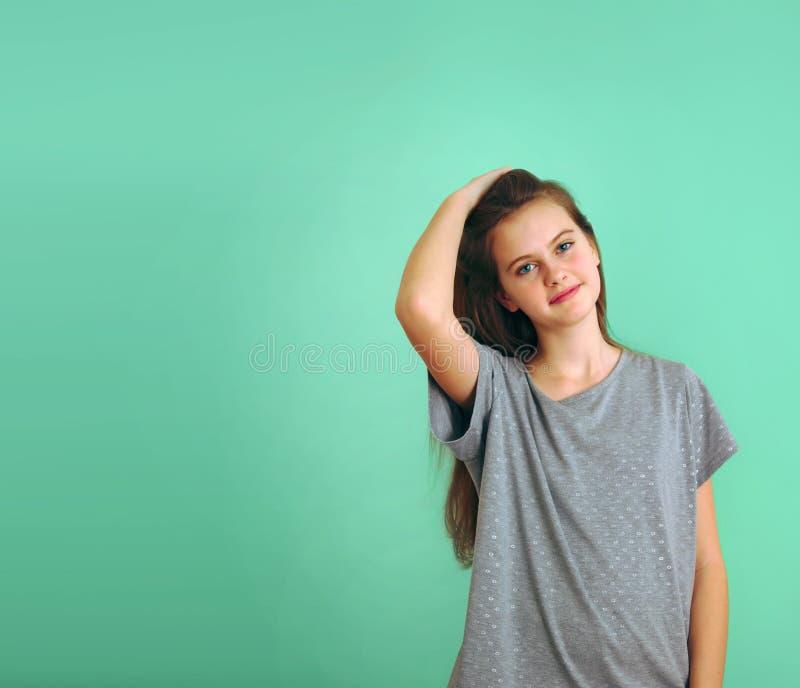 Il blu ha osservato la ragazza timida dai capelli marrone con capelli scorrenti fotografia stock