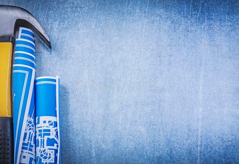 Il blu ha rotolato il martello da carpentiere dei modelli sul copysp metallico del fondo fotografia stock libera da diritti