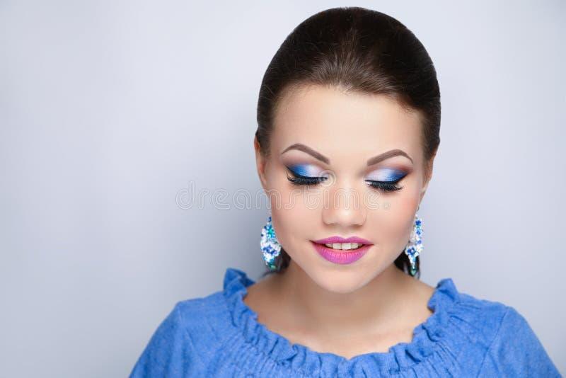 Il blu luminoso della donna compone fotografia stock