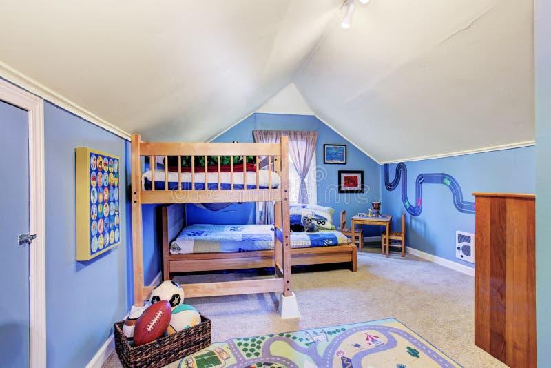 Il blu luminoso scherza la stanza con il letto di cuccetta fotografie stock