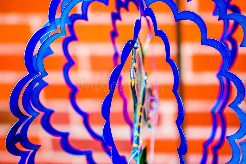 Il blu ondeggia per il vento nella costruzione del filatore di A immagini stock