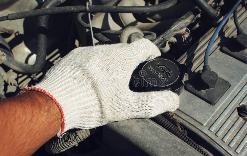 Il bocchettone dell'olio della copertura dell'automobile fotografia stock