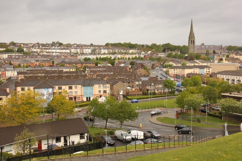Il bogside e cattedrale del ` s della st Eugene Derry Londonderry L'Irlanda del Nord Il Regno Unito fotografia stock libera da diritti