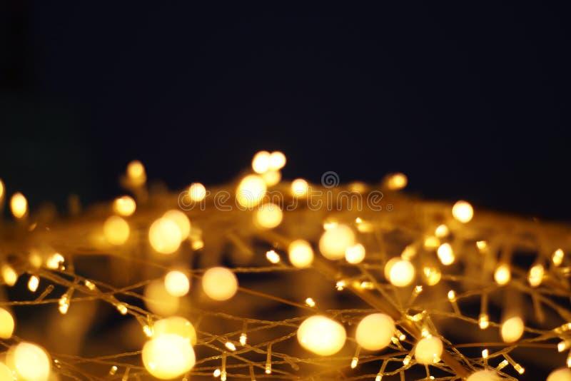 Il bokeh dorato della luce del LED ha offuscato il fondo astratto del modello fotografia stock libera da diritti