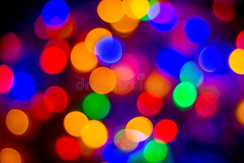 Il bokeh multicolore astratto Defocused accende il fondo Colori blu, porpora, verdi, arancio - concetto del nuovo anno e di natal immagini stock