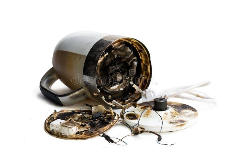 Il bollitore elettrico automatico difettoso ha preso il fuoco fotografia stock