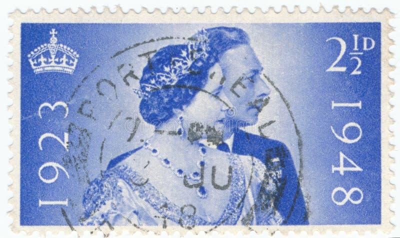 Il bollo d'annata stampato in Gran Bretagna 1948 mostra il venticinquesimo anniversario delle nozze di re George e la regina Eliz immagine stock libera da diritti