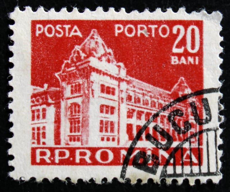 Il bollo della Romania mostra la costruzione centrale dell'ufficio postale, circa 1967 immagini stock