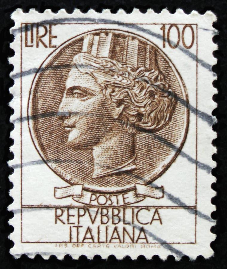 Il bollo italiano mostra la moneta antica di Siracusa, la moneta di Syracusean di serie, circa 1968 fotografia stock