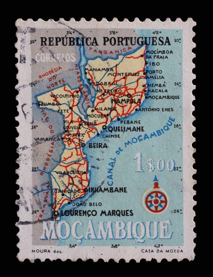 Il bollo stampato nel Portogallo mostra la mappa di Mocambique fotografia stock libera da diritti