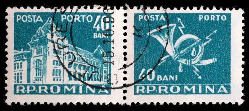 Il bollo stampato in Romania mostra la costruzione centrale dell'ufficio postale immagine stock libera da diritti