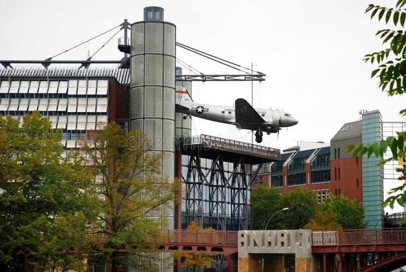 Il bombardiere dell'aeroplano del C-47 di Douglas che appende davanti al technikmuseum è immagini stock