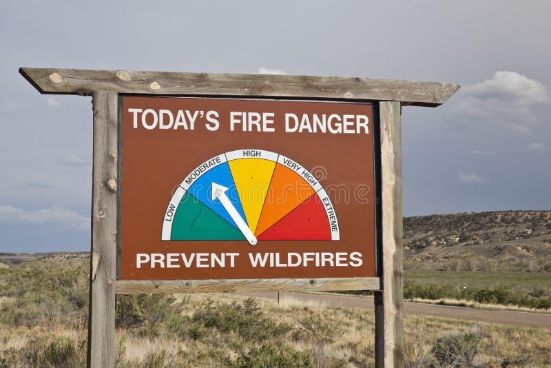 Il bordo della strada del pericolo del fuoco firma dentro Colorado immagini stock