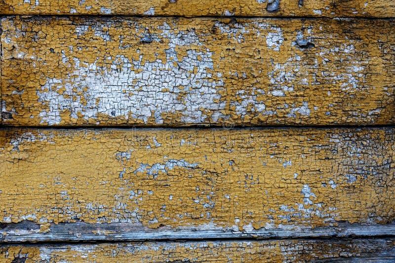 Il bordo di legno anziano ha sopravvissuto la superficie di lerciume con il primo piano incrinato e di pelatura della pittura com fotografia stock libera da diritti