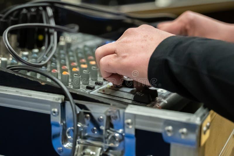 Il bordo di mescolanza di suoni dello studio incontrato per handen il de aan knoppen e fuoco selettivo fotografie stock libere da diritti