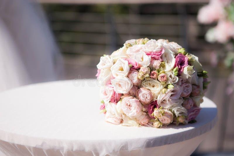 Il bouquet nuziale sul tavolo bianco rosa fiori di fiori di fiori fotografie stock libere da diritti
