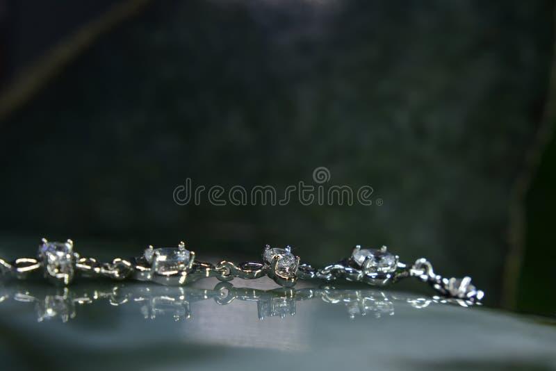 Il braccialetto del diamante è oro genuino e decorato con genuino e costoso fotografie stock