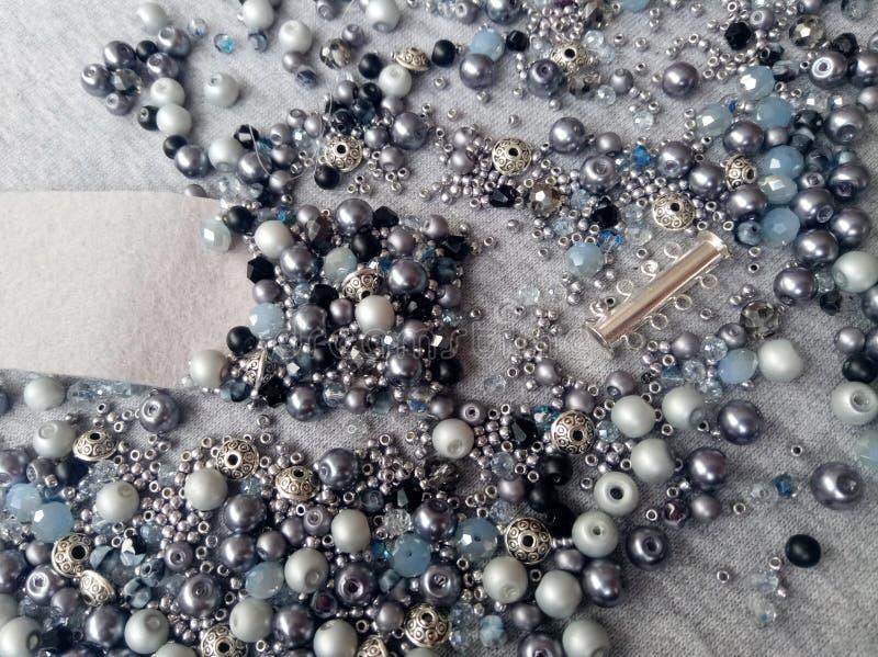 Il braccialetto fatto a mano dei gioielli di Bijouterie da grey blu borda fotografia stock