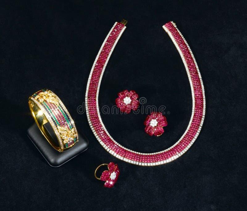 il braccialetto, la collana, l'anello e gli orecchini vermigli del Siam fotografia stock libera da diritti