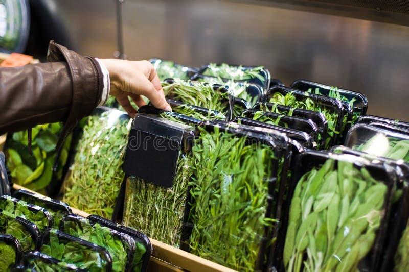 Il braccio della donna sceglie il mercato dell'alimento fotografia stock libera da diritti