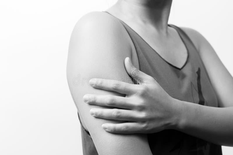 Il braccio e la spalla delle donne del primo piano fanno soffrire/lesione con gli ambiti di provenienza bianchi, la sanità ed il  fotografie stock