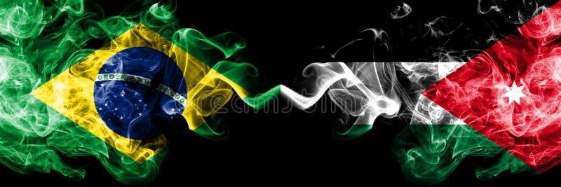 Il Brasile contro la Giordania, bandiere giordane del fumo disposte parallelamente Bandiere seriche colorate spesse del fumo del  fotografia stock libera da diritti