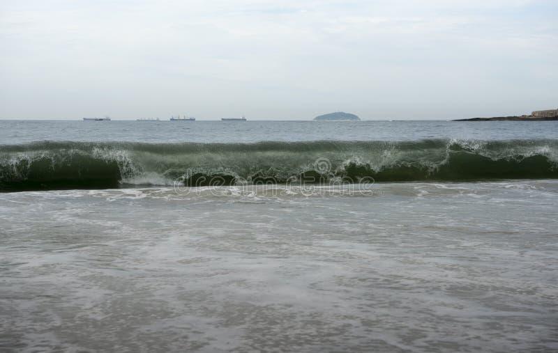 Il Brasile, Rio de Janeiro Spuma dell'oceano sulla spiaggia di Copacabana fotografia stock libera da diritti
