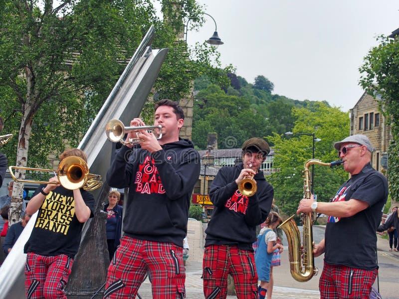 il brass band di New York che gioca nella piazza al hebden il festival di arti pubblico del ponte immagini stock libere da diritti
