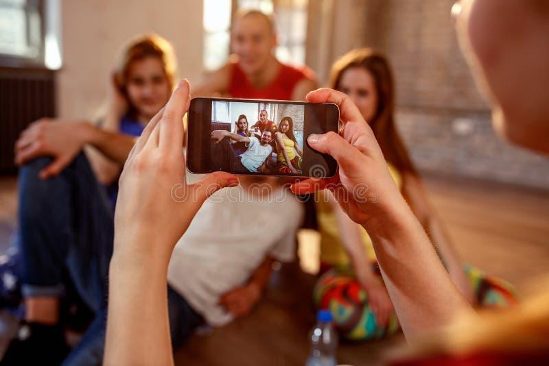 Il break-dance, lo stile libero, il hip-hop e la via ballano la presa di concetto immagini stock