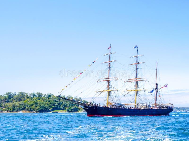 Il brigantino a palo James Craig alto spedisce la vela nel porto di Sydney per l'esame internazionale celebrato Sydney 2013 della immagini stock libere da diritti