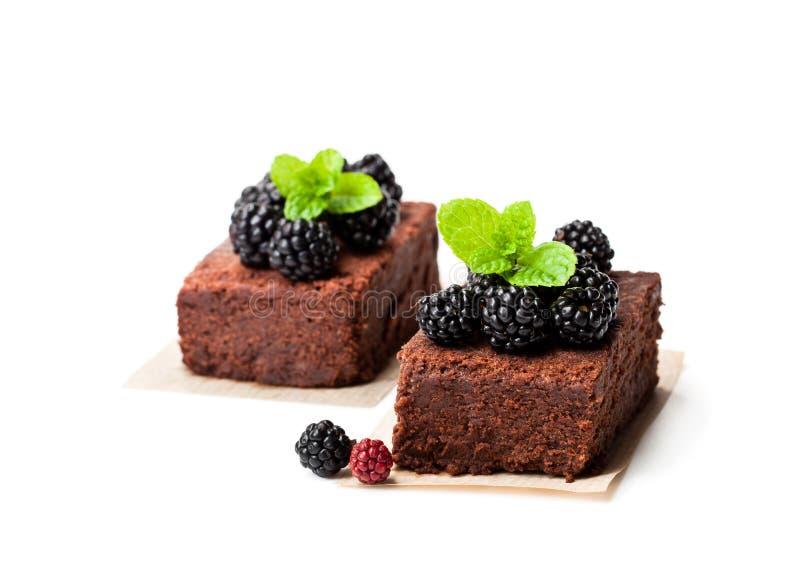 Il brownie del cioccolato collega con le more isolate su bianco immagini stock libere da diritti